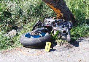 Motorkář to na Berounsku napálil do stromu! Na místě zemřel