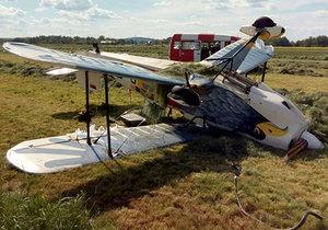 Zřícení historického dvojplošníku na letišti v Chebu: Dva lidé se zranili