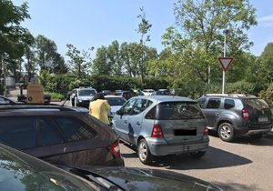 Žena v Praze 13 nabourala při vyjíždění z parkoviště šest aut.