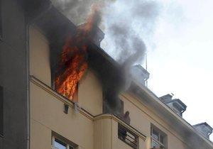 Hasiči zasahovali v úterý večer v Bubnech. Evakuovali 45 osob, zranili se 4 hasiči.