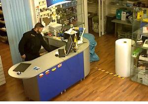 Na Žižkově vybral servis falešný policista. Podle prodejce působil důvěryhodně. Kriminalisté prosí o pomoc při pátrání.