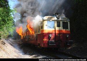 Pražští hasiči uhasili hořící vlak nedaleko stanice Praha-Stodůlky. Příčinou požáru byla technická závada.