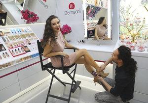 Iva Kubelková vyzkoušela make-up na nohy
