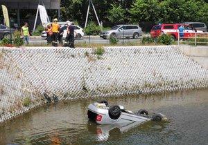 Šílená nehoda v Průhonicích: Auto spadlo do hluboké nádrže, hrdinové zachránili řidiči život