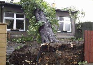 Na Olomoucku udeřily silné bouřky a kroupy, hasiči měli plno práce, sledujte radar