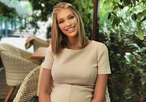 Těhotná Jasmina přímo září štěstím.