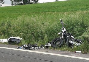 Smyk v zatáčce z kopce a náraz do svodidel: 27letý motorkář zemřel na Šumpersku