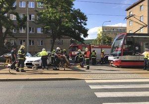 U zastávky Divadlo Gong se v pražských Vysočanech srazila tramvaj s autem.