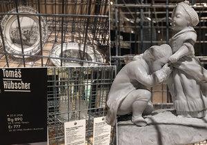 Obětí holocaustu bylo na miliony. Často po nich nezbylo nic než jen jména s údaji narození a úmrtí. V Uměleckoprůmyslovém muzeu však vystavují i pozůstalé předměty obětí, které jsou v podstatě jedinými svědky jejich životů.