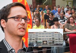 Radní Adam Zábranský odmítá pokračovat v privatizaci městských bytů. Stovky rodin kvůli tomu zuří.