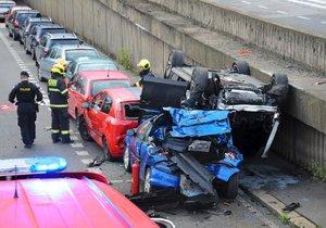 Auto v Holešovicích skončilo po nehodě na střeše jiného auta.