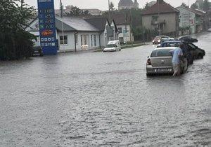 S čerpáním vody v Kroměříži pomáhali i hasiči z okolí.