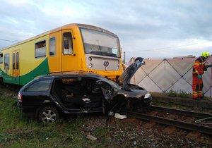 Se škodovkou najel motorista (64) na přejezdu rovnou pod projíždějící vlak.