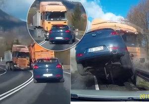 Kamionu praskla pneumatika, přejel do protisměru, kde se srazil s autem, které odpálil do vzduchu. Vůz se srazil s dalším osobákem, který jel za ním.