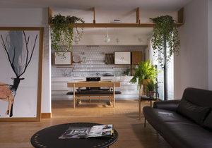 Eklektický apartmán zdobí přírodní materiály, kapradí a jehličnany