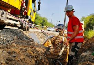 Dvoutýdenní nesnáz: Část východopražské dopravní tepny obsadí dělníci s krumpáči, auta neprojedou