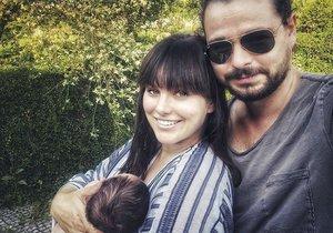 Ewa Farna se po měsíci pochlubila fotkou s muži svého života - synem Arturem a manželem Martinem.