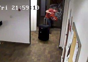 Muž vymlátil dveře u hotelu v Praze 3 hasičákem.