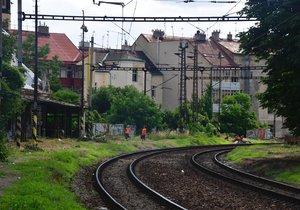 Krádež kabelů omezila provoz na pražské železnici.