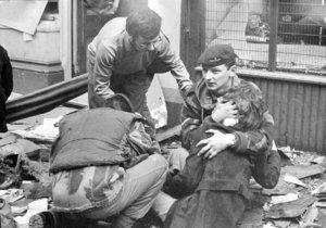 Dojemná fotografie, na které je Češka Blanka Sochorová a neznámý voják, který jí pomohl, tehdy obletěla světová média