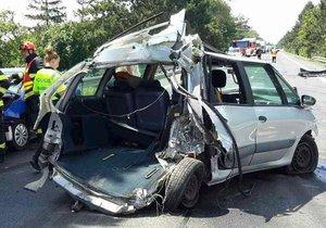 Po nehodě kamionu a čtyř osobáků na silnici I/55 u Mikulčic zůstala na vozovce pořádná spoušť.