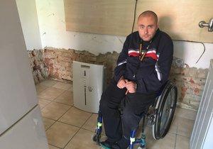 Lukáš (39) upoutaný na invalidní vozík přišel téměř o vše: Voda mu vyplavila dům, kroupy zničily střechu