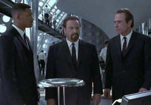 Rip Torn (†88) po boku Willa Smitha a Tommyho Lee Jonese ve snímku Muži v černém.