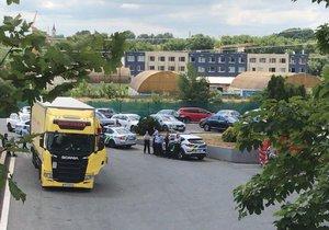 Z kamionu v Řeporyjích utekli cizinci do polí.