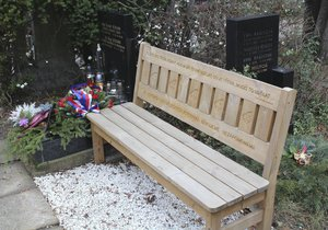 Lavička stála u Schamsova hrobu, nyní po ní zbylo prázdné místo.