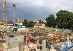 Na prodaném pozemku v ulici Na Dračkách se pilně staví.