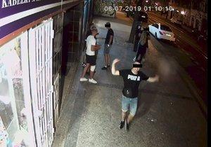 V Sokolovské někdo poškodil kameru, zachytila skupinku mladých lidí.