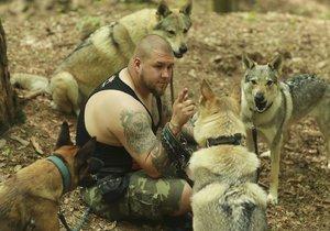 """Jakub si po smrti rodiny pořídil """"vlky"""", lišku a sovu. """"Místo na party chodím venčit"""""""