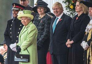 """Královna Alžběta přijme Mayovou i Johnsona. Ten chce brexit """"stůj co stůj"""""""