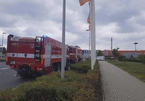 Ve Štěrboholích zasahovali hasiči u požáru fasády obchodního centra.