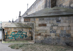 Člověk, který odstranil graffiti z Karlova mostu, vystoupil na veřejnost.