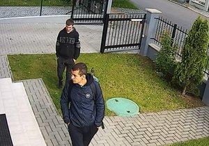 Policie stále hledá lupiče, které nalákala otevřená brána: Uveřejnila nové video