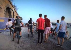 Bezohledná jízda pětice cyklistů po Rašínově nábřeží