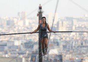 Tatiana-Mosio Bongonga při přechodu na Montmarteru v Paříži