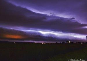 Obří půlnoční shelf cloud mezi Hulínem a Přerovem