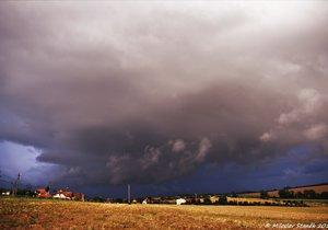 Teplé počasí vystřídá déšť. V neděli zahrozí i bouřky, sledujte radar