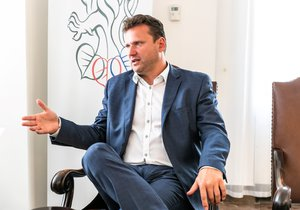 Předseda Poslanecké sněmovny Radek Vondráček kritizoval v rozhovoru pro Blesk Zprávy žalobu na prezidenta, kterou už schválil Senát, promluvil o absencích poslanců i mejdanech ve sněmovních klubech. (13. 8. 2019)