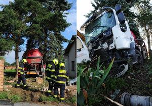 V pražských Cholupicích havaroval fekální vůz na zahradě domu.