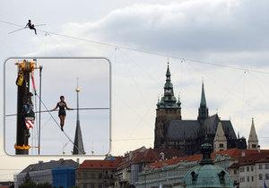 Poslední trénink provazochodkyně před zítřejší show v Praze