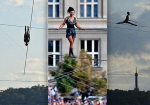 Krásná provazochodkyně Tatiana zdolala 350metrovou trasu nad Vltavou za tři čtvrtě hodiny.