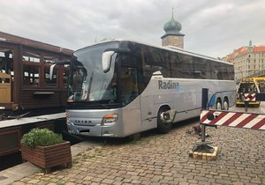 Do Vltavy málem sjel autobus. Zachránit ho přijel velký jeřáb.