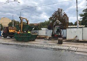 Na křižovatce ulic Freyova a Sokolovská se v kolejišti propadla silnice (19. srpna 2019).