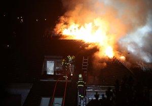 Krejčířovu vilu zasáhl obří požár: Plameny zničily střechu, na místě osm jednotek hasičů