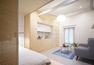 Díky chytře navrženému nábytku ze světlého dřeva vznikl na malé ploše plnohodnotný domov