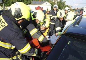 Hasiči při nehodě v Praze museli vystříhat řidičku z auta.