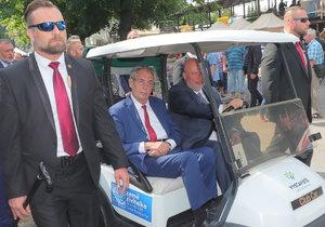 """Zeman nasedl do vozíku a varoval před """"blbem"""". Klaus na Zemi živitelce rozdával pochvaly"""